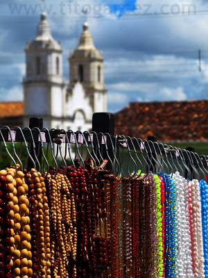Nos dias de festa, a economia da cidade gira em torno dos romeiros. Ao fundo, a Igreja  Matriz Nossa Senhora da Vitória.