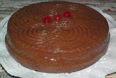 Bizcocho esponjoso con cubierta de chocolate