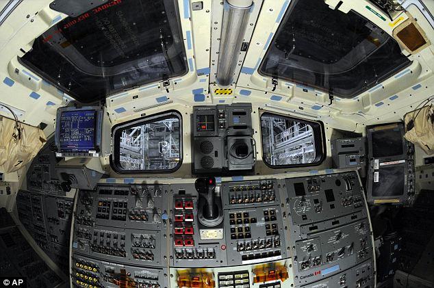 3 gambar kokpit kapal angkasa Shuttle Atlantis