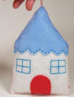 http://translate.google.es/translate?hl=es&sl=en&tl=es&u=http%3A%2F%2Fwhipup.net%2F2011%2F12%2F13%2Fguest-post-felt-house-ornament%2F