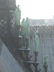 Las estatuas verdes sobre el techo de Notre Dame