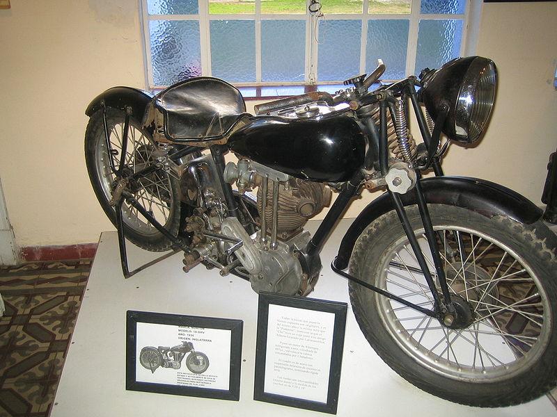 Franja de Pam anderson en motocicleta