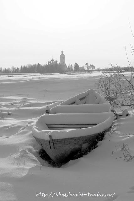 Лодка на зимнем берегу