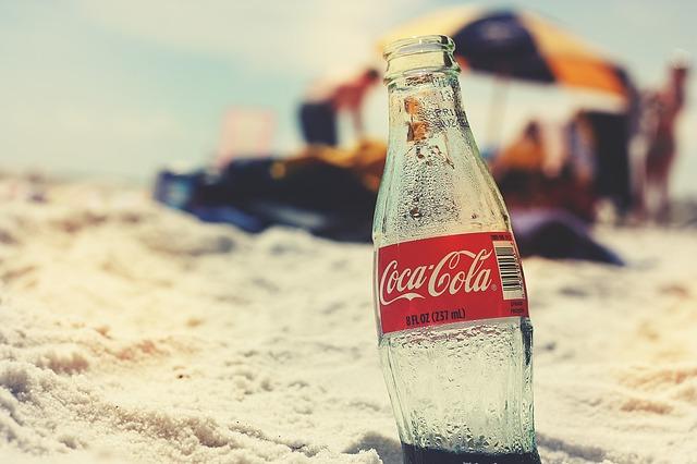 Garrafa de coca-cola enterrada na areia