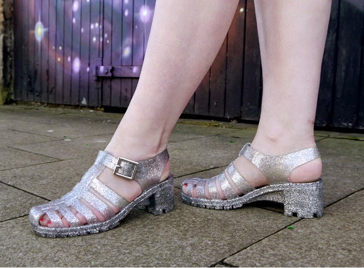 fashion blog, style, retro, Sunjellies, juju jellies, 1960's, jelly shoes, retro, graffiti, urban, space