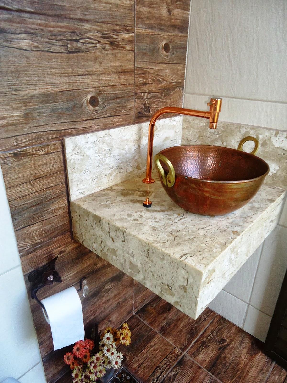 Banheiro da área externa: estilo rústico com cuba de taxo de cobre e  #9C5F2F 1200x1600 Bancada Banheiro Rustico