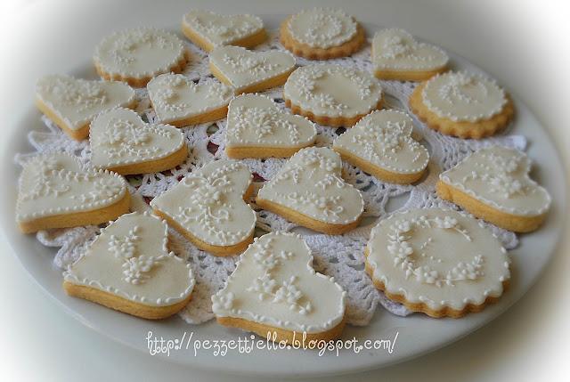 Biscotti delicati decorati in ghiaccia reale