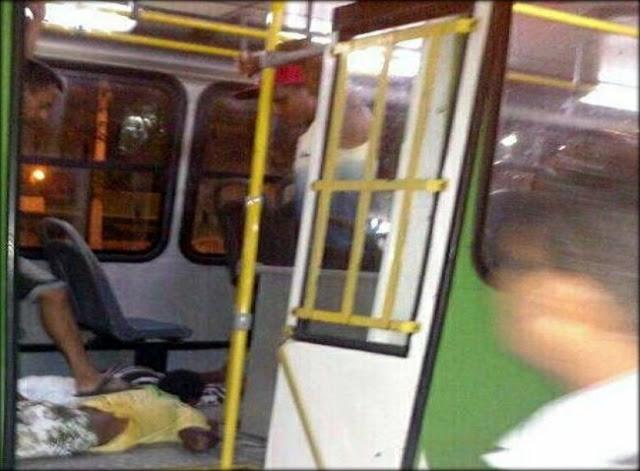 Policial de folga frusta assalto a ônibus coletivo e prende dois ladrões