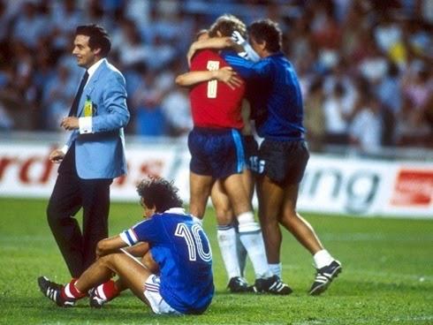 Michel Platini desolado depois da derrota da França para Alemanha semifinais copa do mundo de 1982