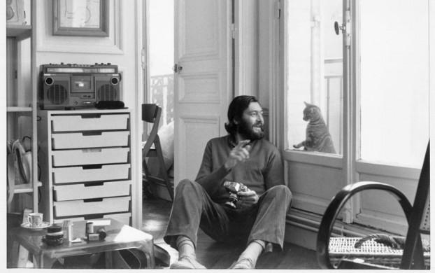 El escritor y su gato compartiendo soledades