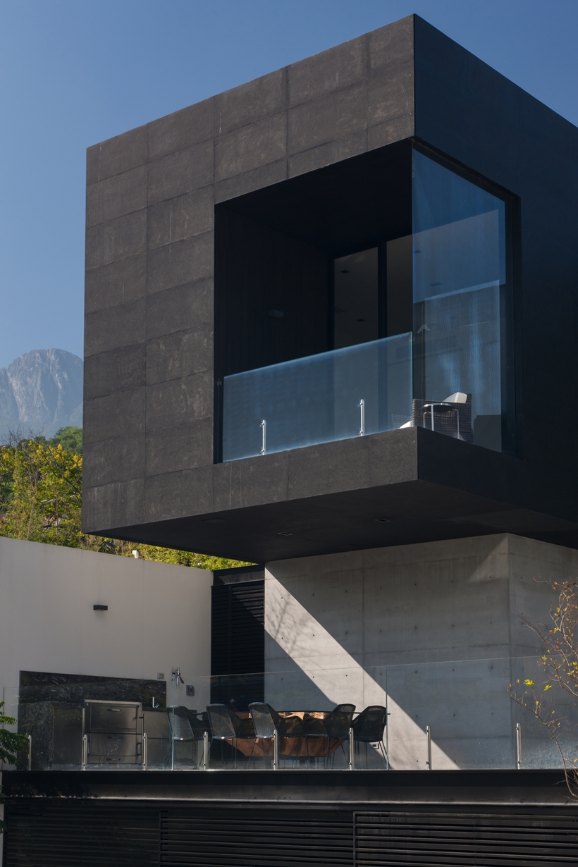 Modern facade on Dominant modern mansion by GLR Arquitectos