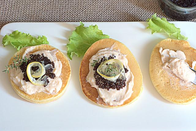Blini con mousse di salmone e uova di lompo ricetta fingerfood