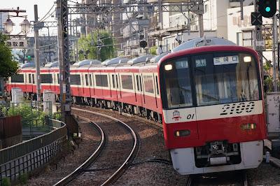 追浜駅を通過する京急2100形快特三崎口行き