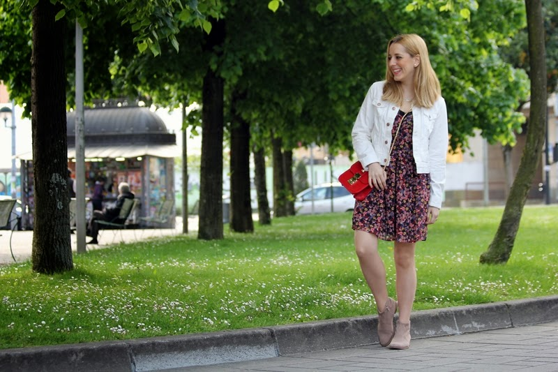 spring_outfit-flowered_dress_stradivarius-boots-red_bag