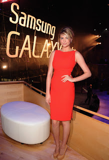Kate Upton standing beside  Samsung Galaxy Note 10.1 sign