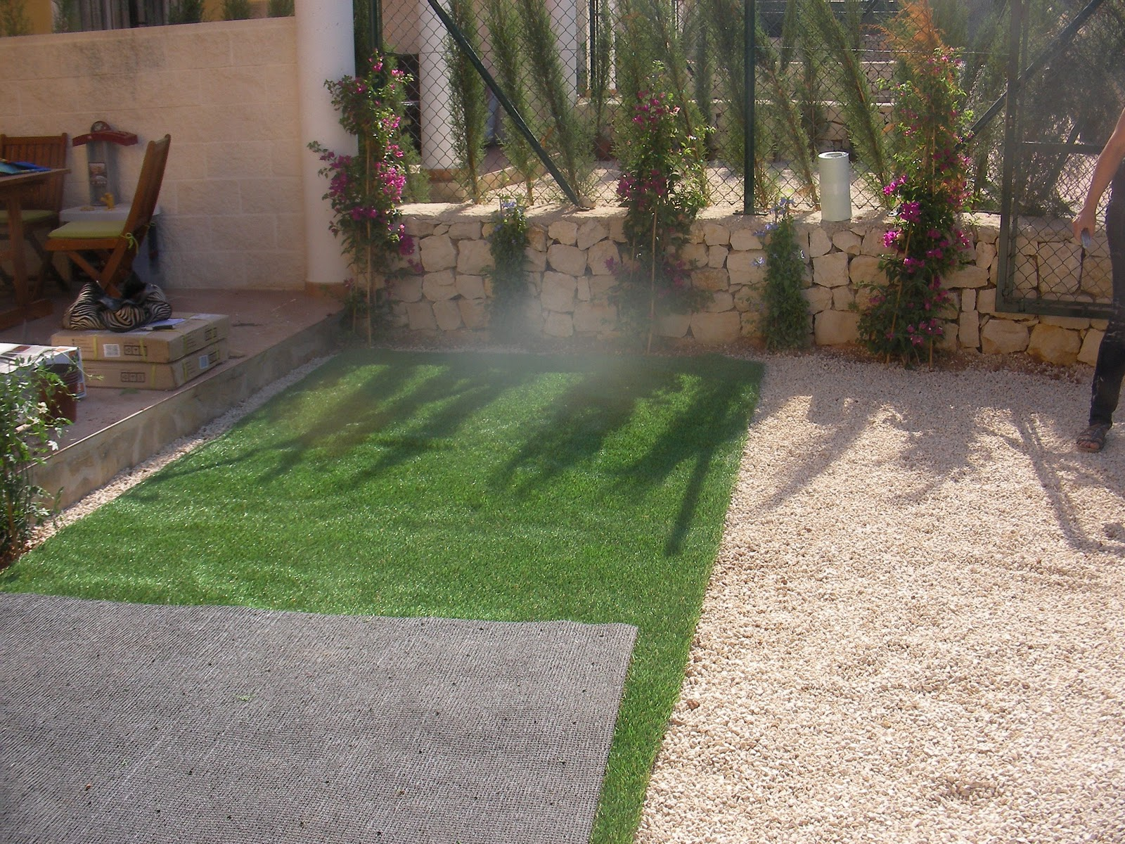 Ideagarden jardin con cesped artificial en calpesol for Jardines cesped artificial piedras