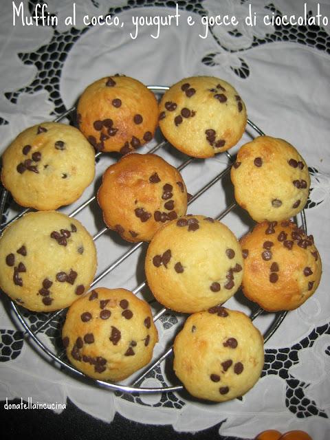 muffin al cocco, yougurt e gocce di cioccolato