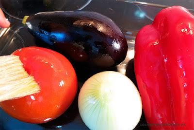 Pintando las hortalizas con aceite de oliva