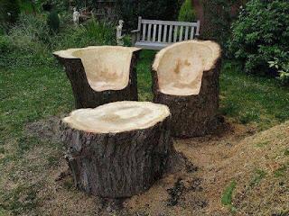 asientos y mesa ratona con troncos de madera