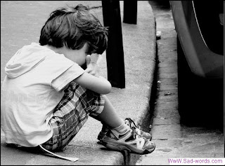 طفل وحدي وحزين جدا