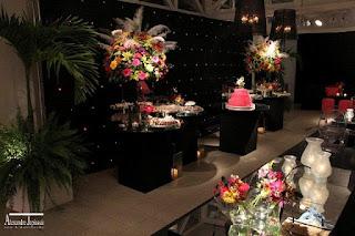 mesa bolo moderna, parede led, arranjo floral colorido, festa baile mascara