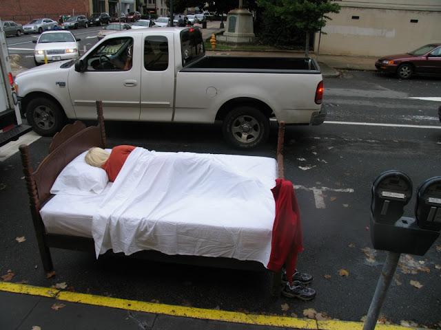 Hjemløs parkeret på gaden