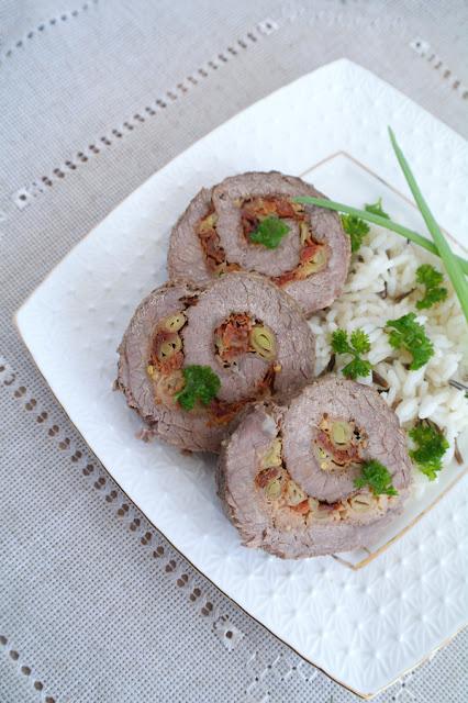 Мясной рулет со стручковой фасолью и вялеными помидорами