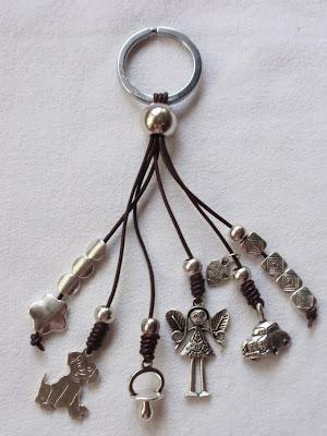 Llavero artesanal elaborado en cuero con abalorios colgantes