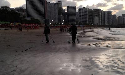 Garimpeiros de praia na praia de Meireles, Fortaleza - CE