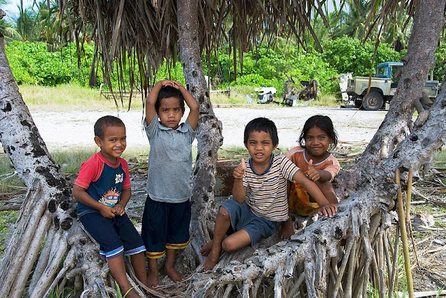 Local Nauruan children