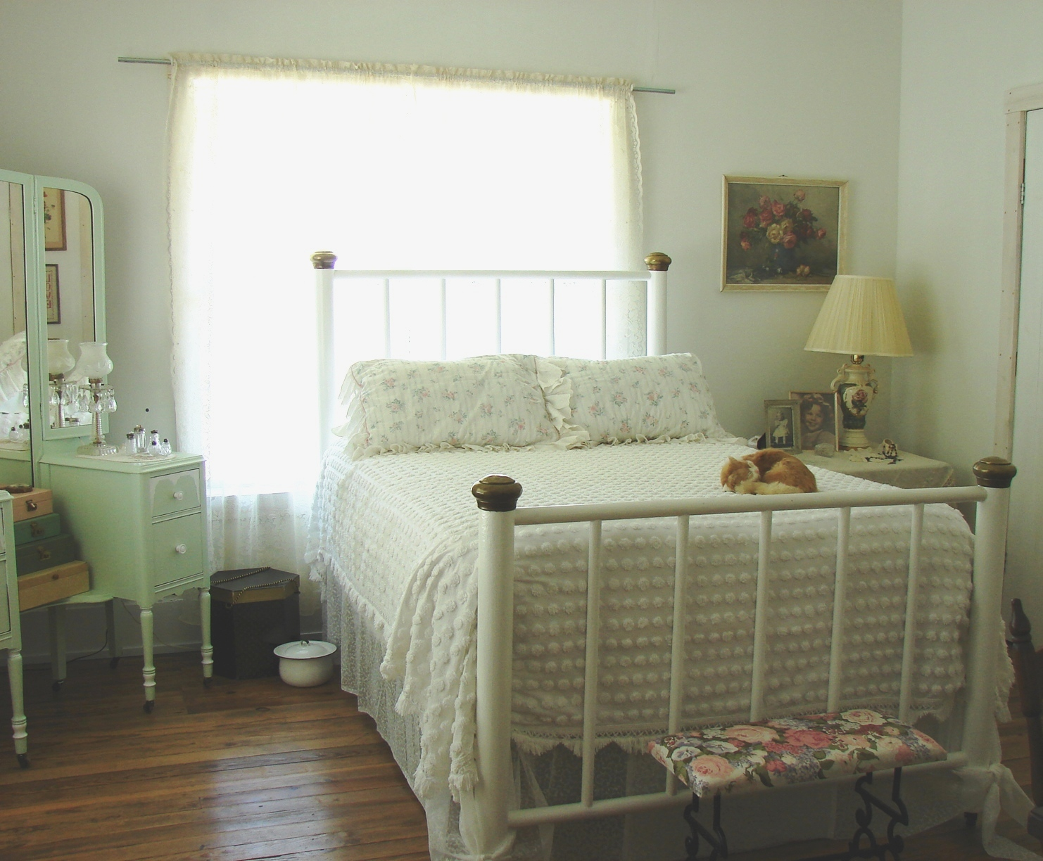The country farm home the country bedroom 1930s style for Farmhouse style bed