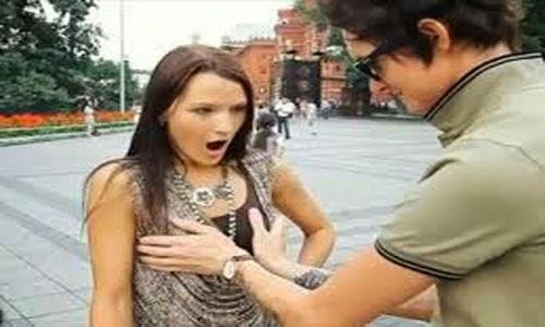 Pria pegang payudara wanita diam saja