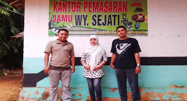 Foto bersama dengan Istri Alm. H. Moh. Kholil