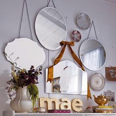 composición de pared hecha con espejos de diferente formato