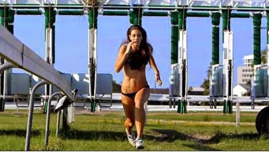 """Το """"Bikini Track Sprint"""" είναι μια ιπποδρομία όπου τα 'άλογα' φοράνε μπικίνι"""