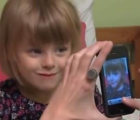tomandole fotos a  una niña