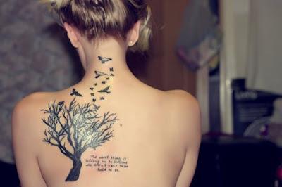 Tatuaż z morywem drzewa i ptaktów umieszczony na plecach