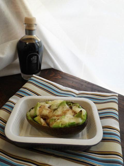 avocado al forno con formaggio e aceto balsamico