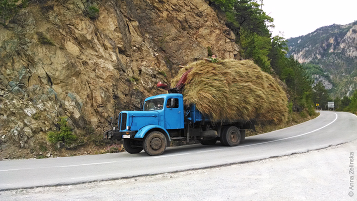 Транспортировка сена, север Черногории