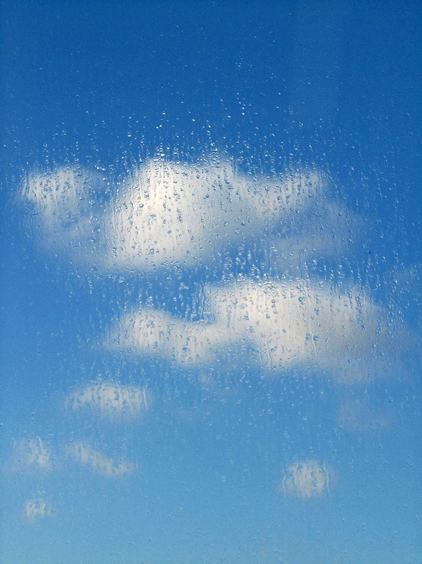 blauwe lucht met condensdruppels