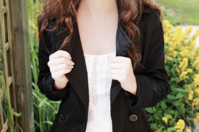 look-mode-manteau-noir-top-blanc-basique