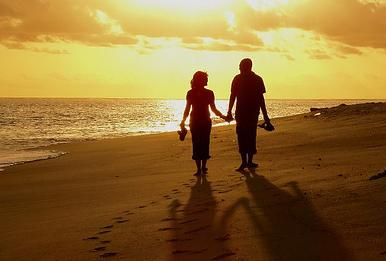 وفاء الرجال فى الحب - رجل وامرأة يمشيان على شاطىء البحر فى الغروب - man and woman walking on the beach at sunset