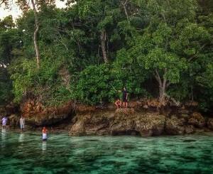 eluk Banyu biru ini juga merupakan salah satu kawasan Fishground (Areal tangkap ikan) bagi para nelayan yang ada di sekitar selat Bali.   Sebagai akibat dari kurangnya informasi yang diberikan kepada para nelayan mengenai kelestarian laut, maka sejak tahun 1980-1990 hingga sekarang begitu banyak nelayan melakukan kegiatan penangkapan ikan dengan menggunakan bom Ikan, potasium serta melakukan penangkapan ikan dengan memakai jaring monofilament yang tidak digunakan pada tempat yang semestiya, sehingga mengakibatkan terjadinya kerusakan ekosistem laut yang luar biasa.   Foto Disalah Satu Sudut Teluk Banyu Biru    Maka dari itu, dalam upaya untuk menjaga kelestarian lingkungan dan alam setempat dan agar tidak terjadi kembali peristiwa pengeboman ikan, maka kawasan ini telah dilindungi oleh komunitas dari daerah setempat yang bernama Gerakan Muncar Rumahku atau biasa di singkat dengan GEMURUH   Komunitas GEMURUH ini memiliki beberapa kegiatan dala upaya pelestarian lingkungan. Yakni diantaranya adala
