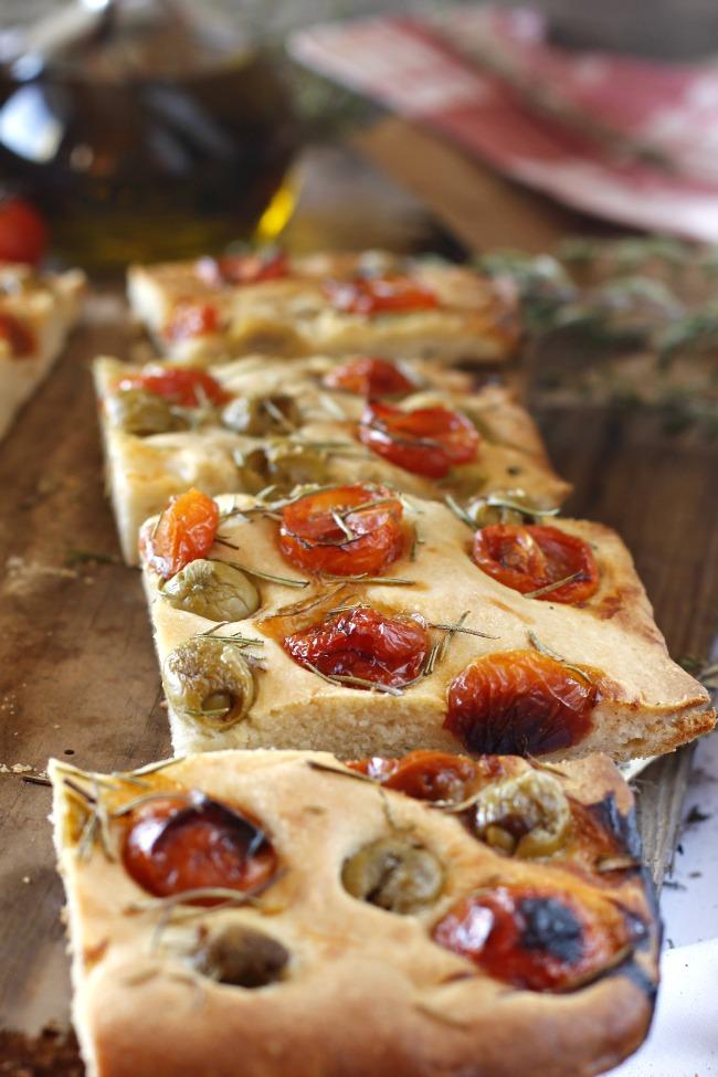 Marzo.Focaccia de aceitunas, tomate y romero
