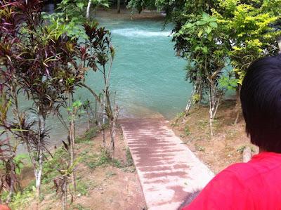 象に乗ったまま、滝の下流へ(ルアンパバーン)