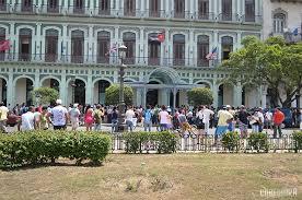 Multitud en las afueras del hotel Saratoga en espera de ver a Beyoncé a Jay Z en su visita a la Habana