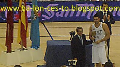 Felipe Reyes con el trofeo