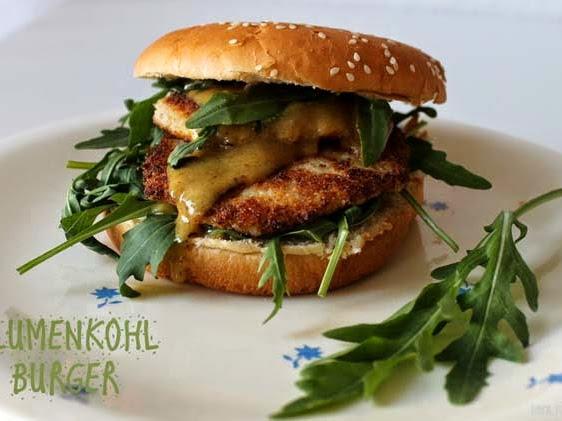 Blumenkohl-Burger mit Rucola und Honig-Senf-Dressing