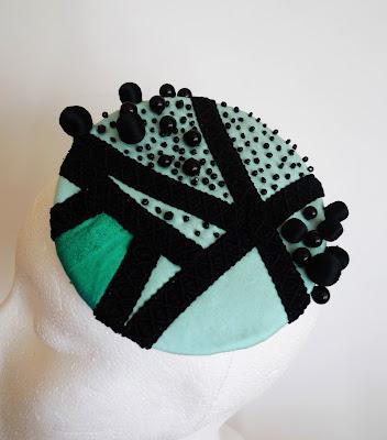 tocado azul turquesa verde perlas negras detalle ojuilla
