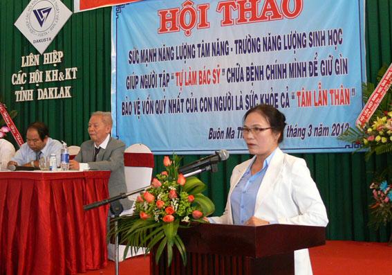 Cô Thu đọc tham luận tại Hội thảo hôm 27-3-2012. -  Ảnh: Nhật Minh.